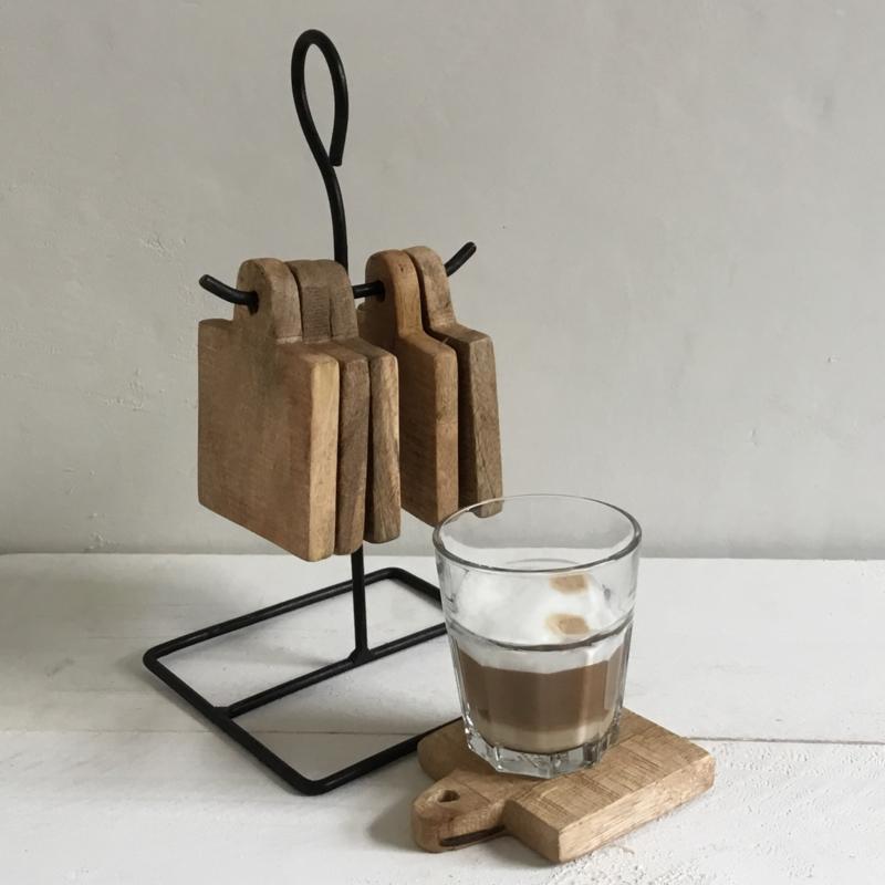 Metalen rek met houten onderzetters