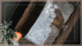 Houten sier ornament op standaard 2 | greywash