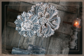Ornament  op voet Flower grey | S