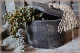 Oude houten pot met deksel