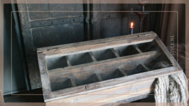 Houten box/vitrine met vakken