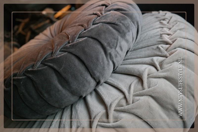 Velvet kussen taupe | 55-60 cm