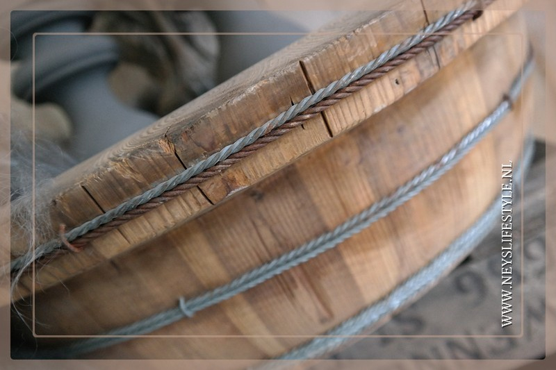 Oude houten ronde trog/bak licht   2