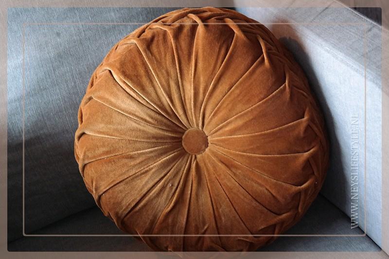Velvet kussen dark camel | 40 cm