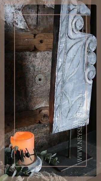 Houten sier ornament op standaard 1 | greywash