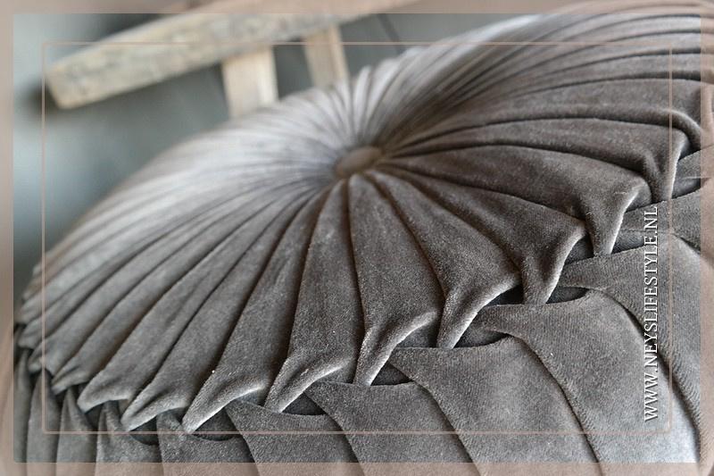 Velvet kussen dark brown | 60 cm