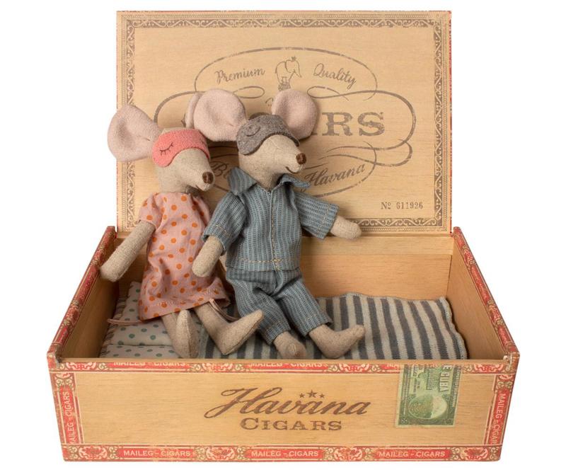 Maileg muis, moeder & vader in een sigarendoos