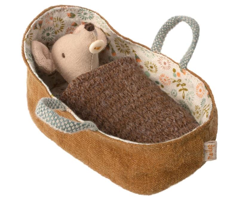 Maileg baby muis in reiswieg