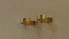 Geelgouden ruwe trouwringen
