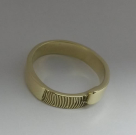Vinger print in gouden ring