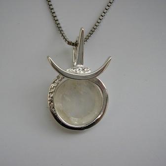 Astrostijl zilveren Stier hanger met edelsteen