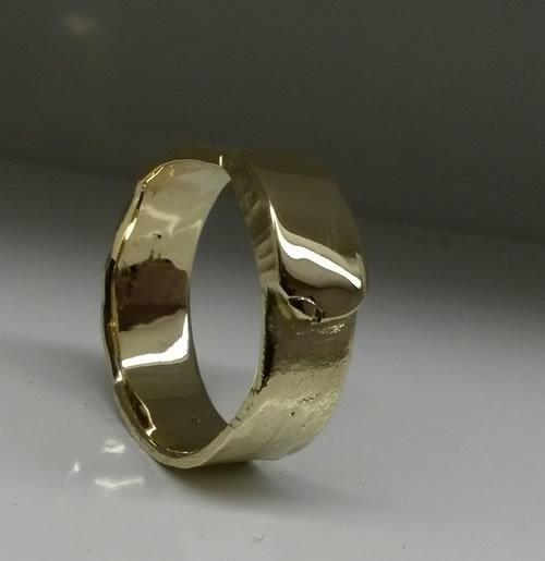 Oude gouden sieraden verandert naar een stoere herenring