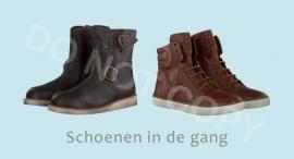 Schoenen in de gang - J