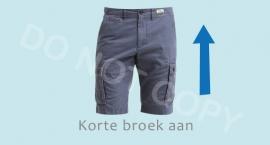 Korte broek aan - J