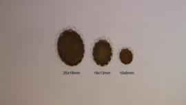Bronskleurig, ovaal met geschulpte rand
