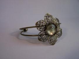 Bronskleurige armband met bloem