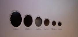 Zilverkleurig ovaal met geschulpte rand