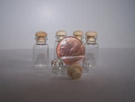 GFH-02 Glazen flesje met houten stop (2,1x1,1cm)