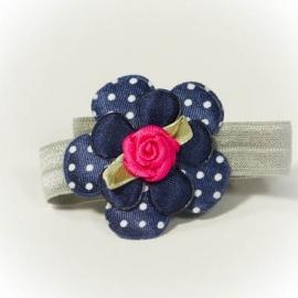 Donkerblauwe bloem met fuchsia roze roosje