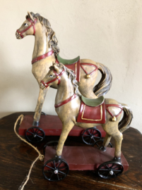 Klein paard op wielen 15(b) x 19,5(h)cm