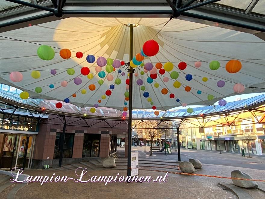 100 nylon lampionnen onder pagode tent winkelcentrum Ridderhof te Ridderkerk, brandvertragende versiering in straten decoratie, Lampions im Einkaufszentrum,