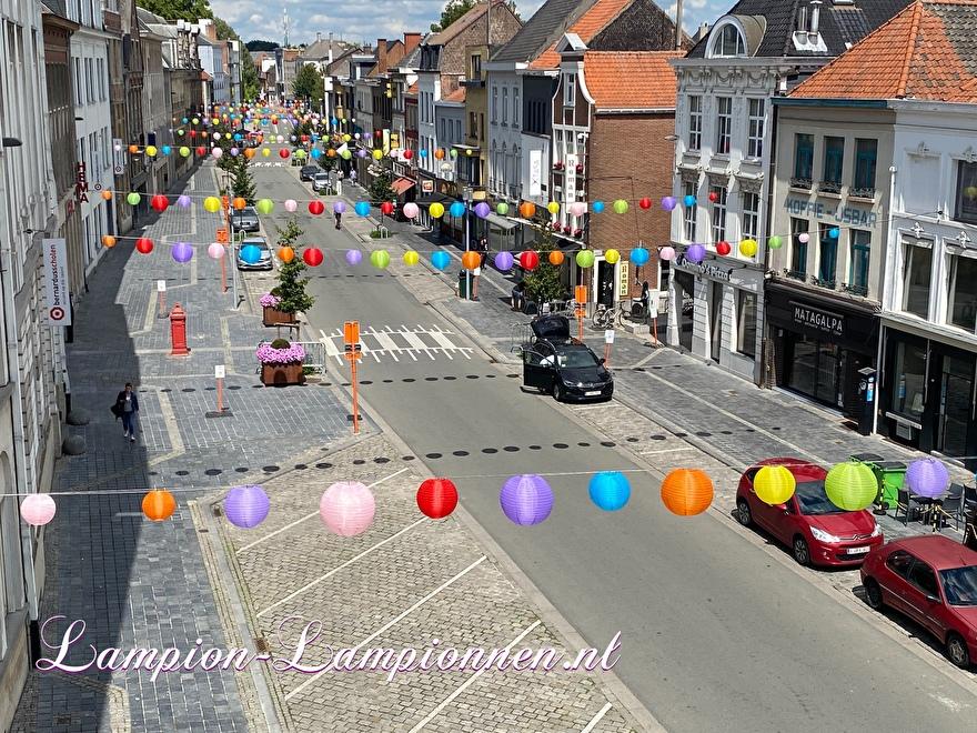 100 Nylon lampions in der Altstadt Oudenaarde Einkaufszentrum Straßendekoration mit lanternes lampions wetterfestDekoration im Einkaufszentrum Straßendekoration Dekoration Einkaufszentrum Deko, Innenstadt
