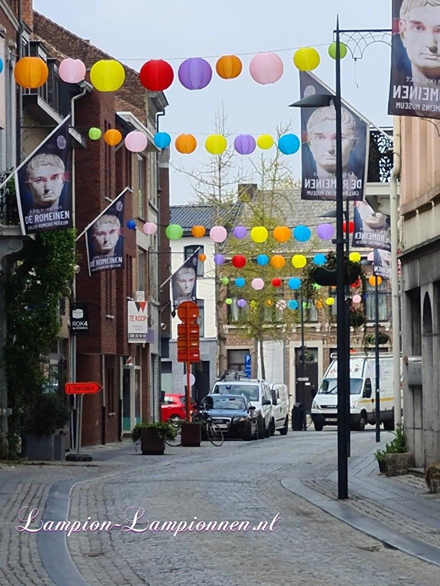 1300 vrolijke lampionnen in straten Tongeren gekleurde ballonnen winkelcentrum , Joyeuses lanternes dans les rues du centre commercial de ballons colorés de Tongres 54