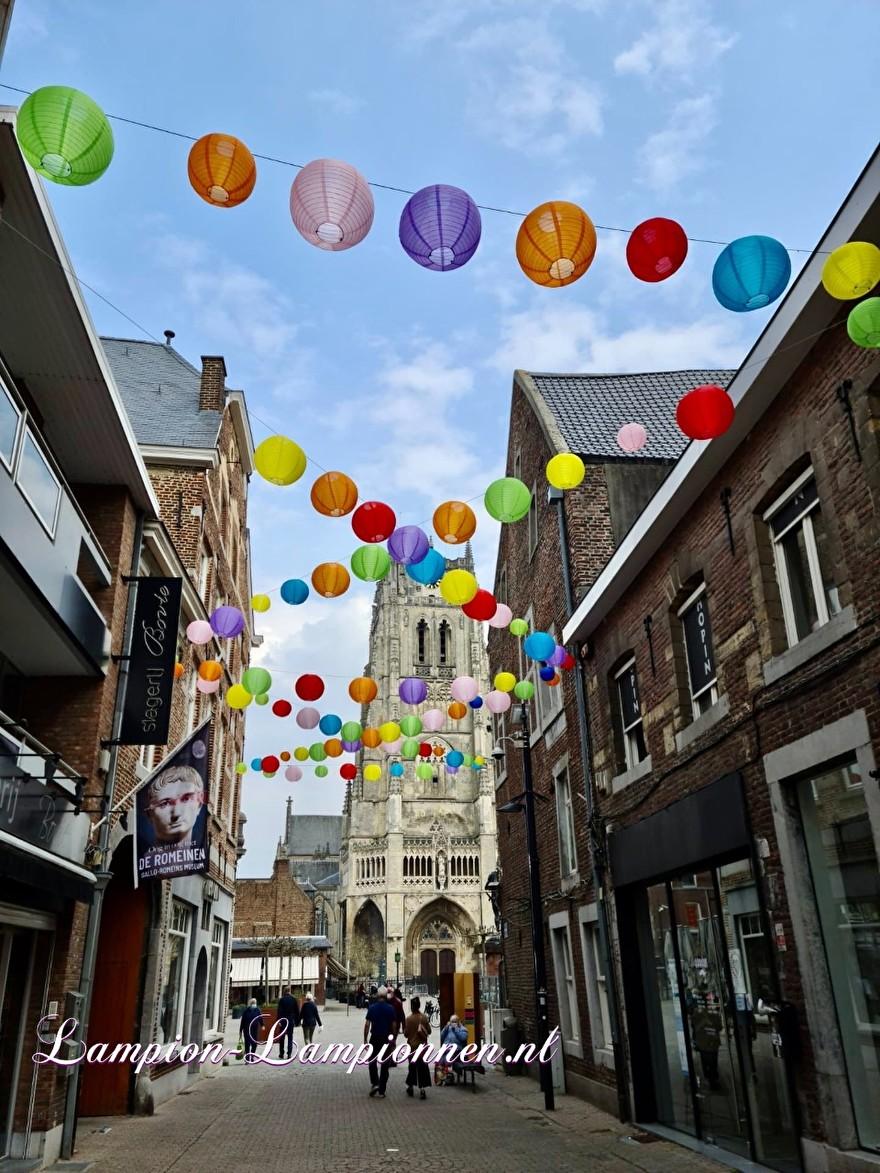 1300 vrolijke lampionnen in straten Tongeren gekleurde ballonnen winkelcentrum , Joyeuses lanternes dans les rues du centre commercial de ballons colorés de Tongres 51