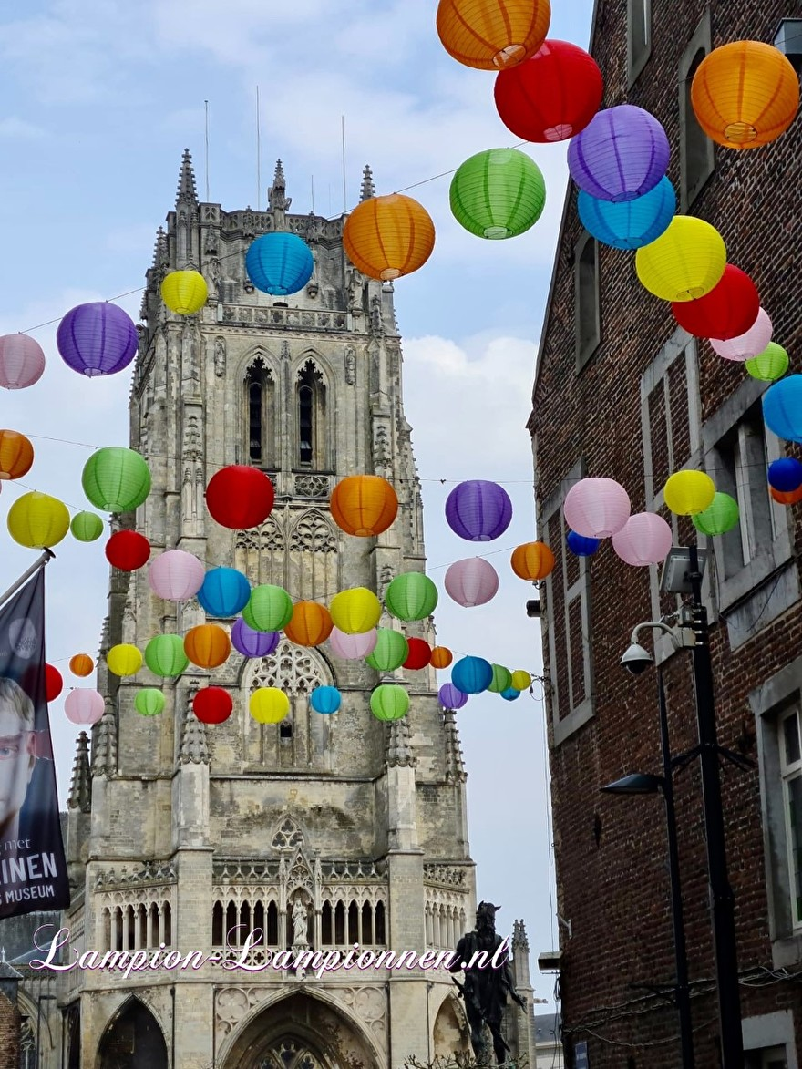 1300 vrolijke lampionnen in straten Tongeren gekleurde ballonnen winkelcentrum , Joyeuses lanternes dans les rues du centre commercial de ballons colorés de Tongres 52