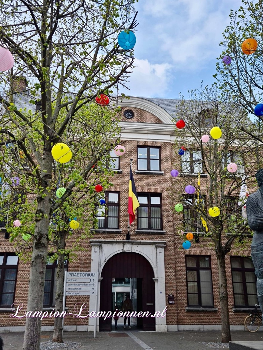 1300 vrolijke lampionnen in straten Tongeren gekleurde ballonnen winkelcentrum , Joyeuses lanternes dans les rues du centre commercial de ballons colorés de Tongres 56