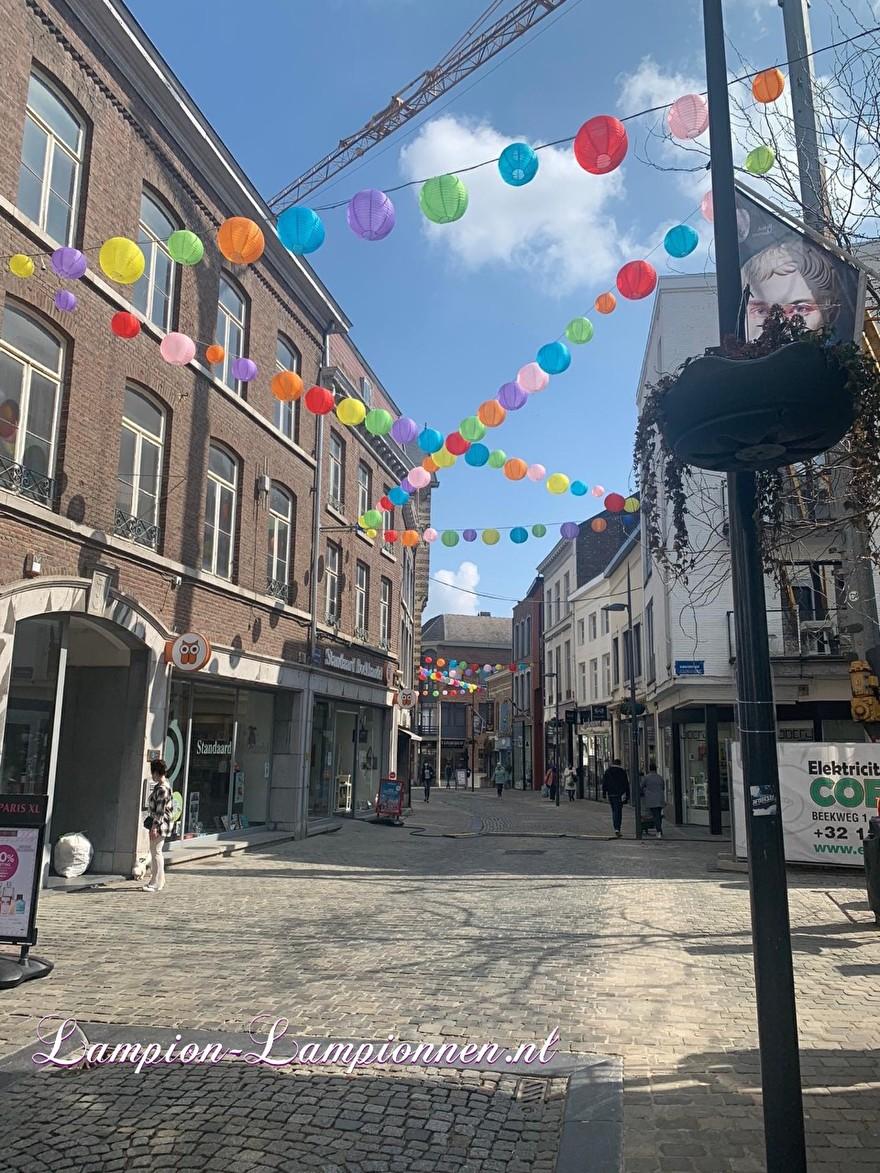 1300 vrolijke lampionnen in straten Tongeren gekleurde ballonnen winkelcentrum , Joyeuses lanternes dans les rues du centre commercial de ballons colorés de Tongres 59