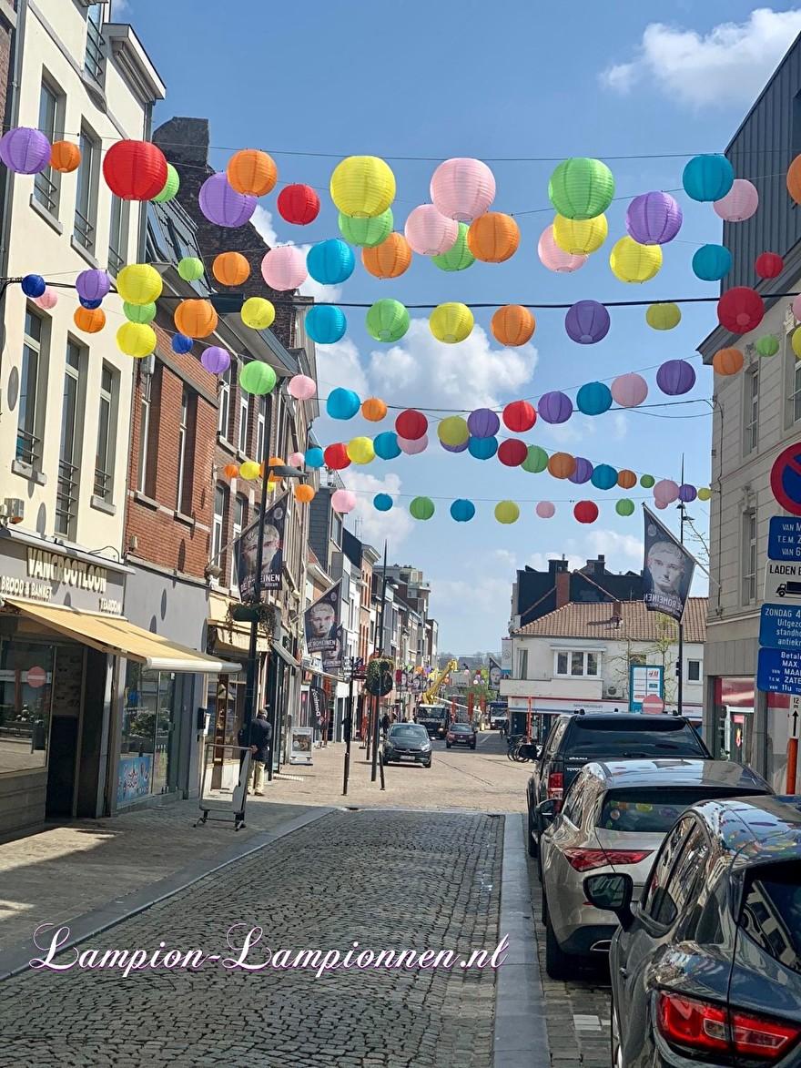 1300 vrolijke lampionnen in straten Tongeren gekleurde ballonnen winkelcentrum , Joyeuses lanternes dans les rues du centre commercial de ballons colorés de Tongres 5