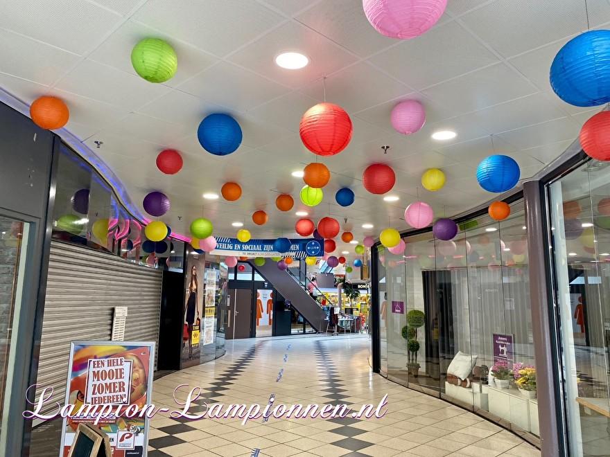 1400 lampionnen winkelcentrum Paddepoel Groningen, ballon versiering decoratie citymanagement Ballon laterne Dekoration plafond met lampionnen