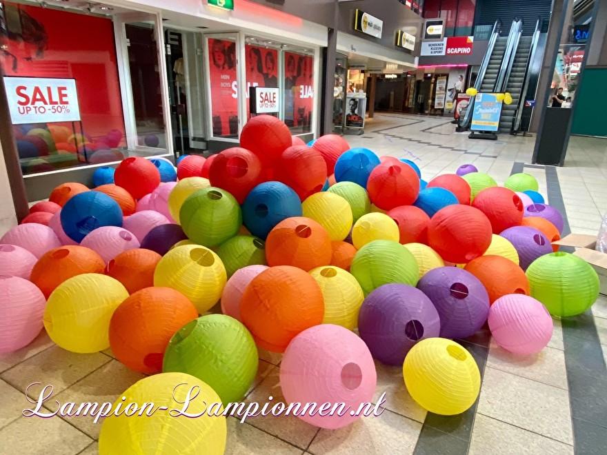 1400 lampionnen winkelcentrum Paddepoel Groningen, ballon versiering decoratie citymanagement Ballonlaterne Dekoration Dekoration Stadtverwaltung berg lampionnen