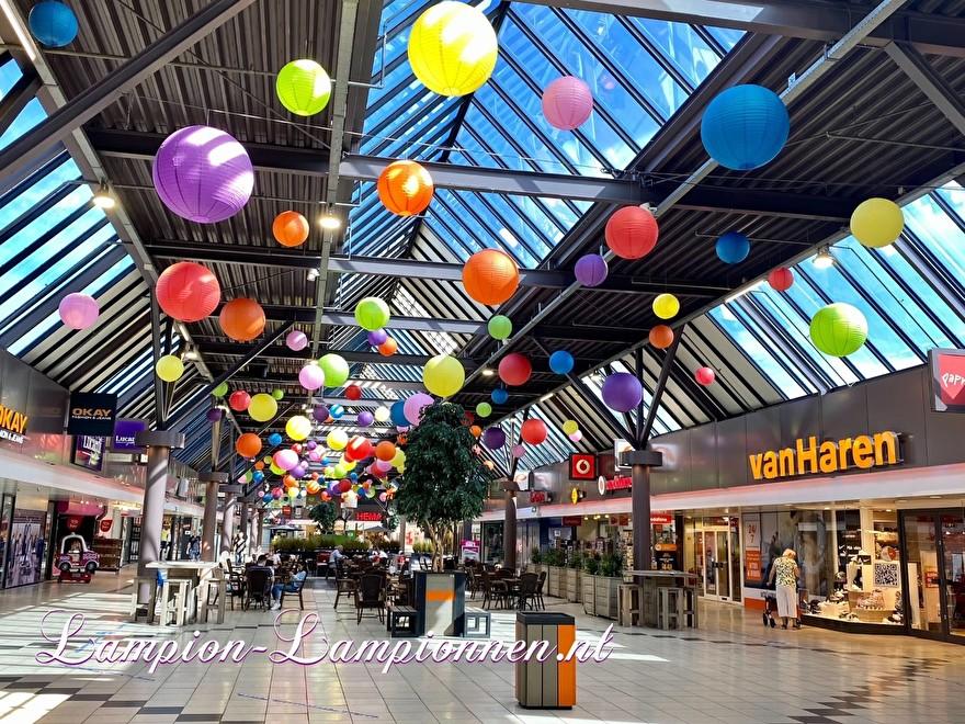 1400 lampionnen winkelcentrum Paddepoel Groningen, ballon versiering decoratie citymanagement grote hal grote lampionnen brandvertragend