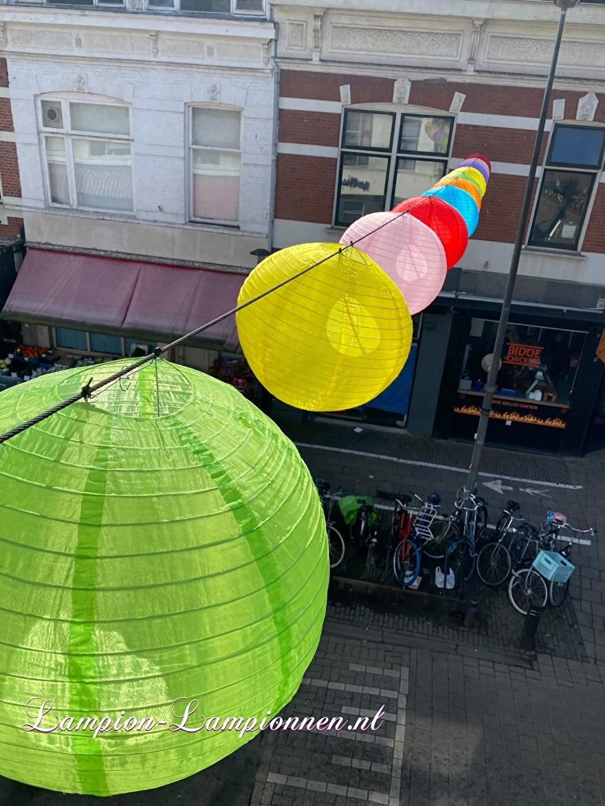 200 gekleurde nylon lampionnen in winkelstraat Kanaalstraat Utrecht, ballon versiering, centrum management 55