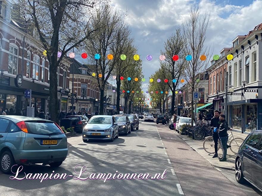 200 gekleurde nylon lampionnen in winkelstraat Kanaalstraat Utrecht, ballon versiering, centrum management 5