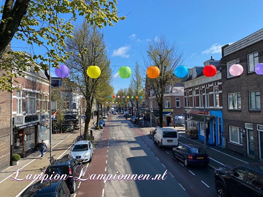 200 gekleurde nylon lampionnen in winkelstraat Kanaalstraat Utrecht, ballon versiering, centrum management 51