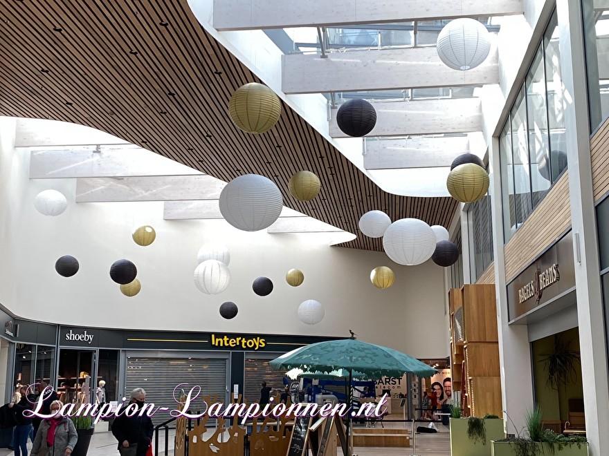200 grote lampionnen 50 jarig bestaan winkelcentrum Roselaar Roosendaal wit goud zwart lampion vcan wel 120 cm groot, ballon decoratie winkelcentrum versiering große feurhemmende lampions weiß gold schwarz lampion 43