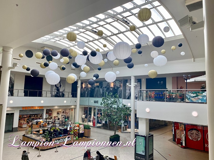 200 grote lampionnen 50 jarig bestaan winkelcentrum Roselaar Roosendaal wit goud zwart lampion vcan wel 120 cm groot, ballon decoratie winkelcentrum versiering große feurhemmende lampions weiß gold schwarz lampion 4