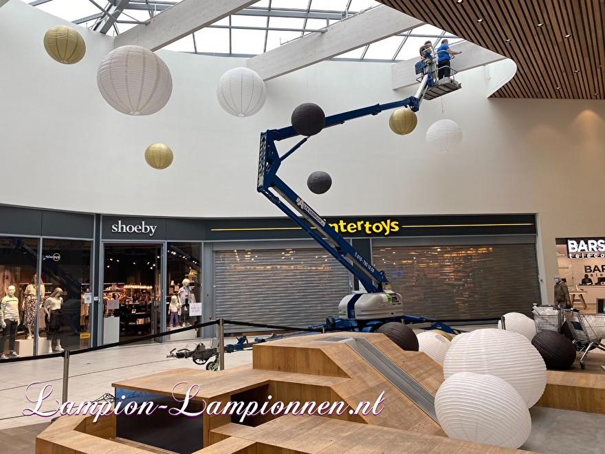 200 grote lampionnen 50 jarig bestaan winkelcentrum Roselaar Roosendaal wit goud zwart lampion vcan wel 120 cm groot, ballon decoratie winkelcentrum versiering große feurhemmende lampions weiß gold schwarz lampion 44