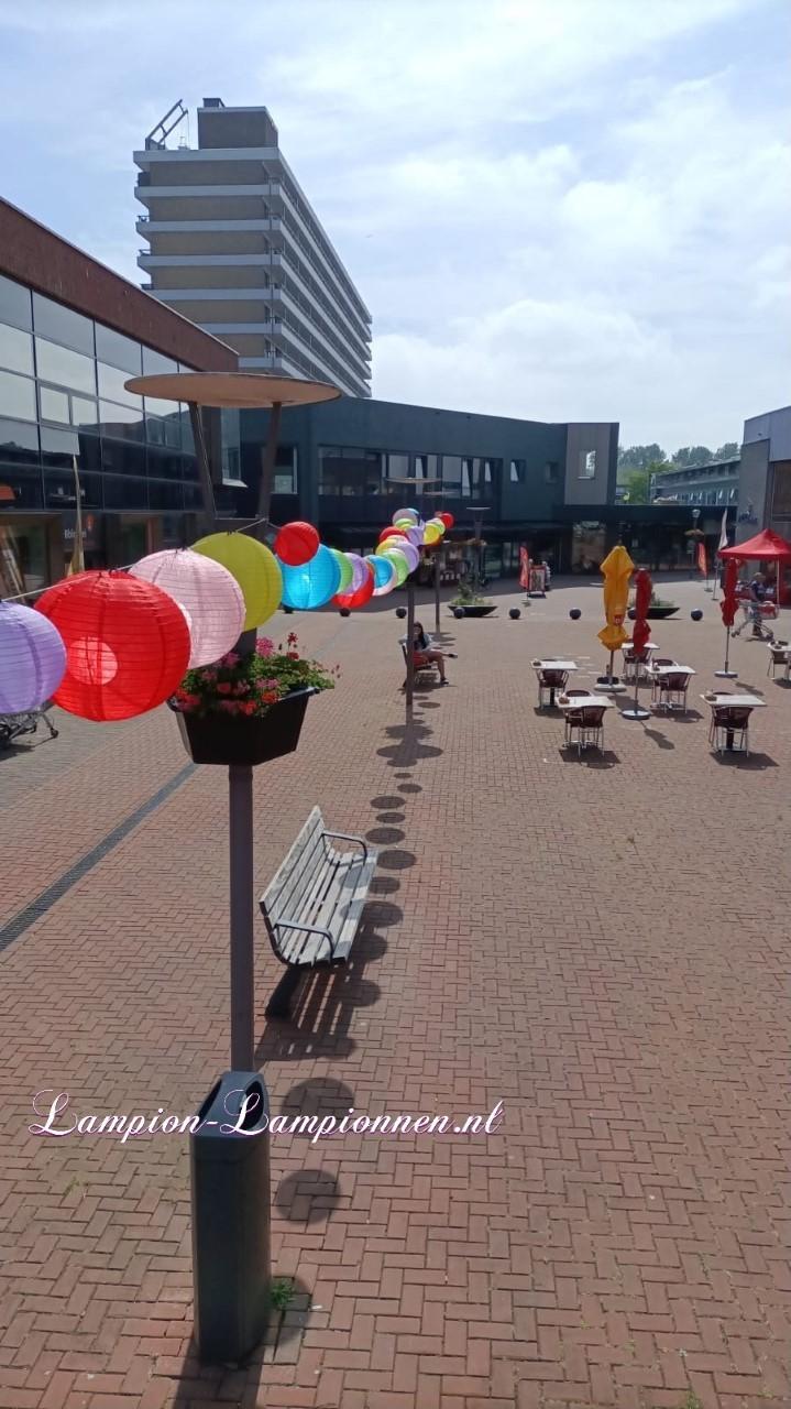 200 vrolijke nylon lampionnen in winkelcentrum Hoogvliet Rotterdam, straat decoratie versiering aan kabels ballonnen, 200 fröhliche Nylonlaternen in den Einkaufsstraßen Straßendekoration auf Ballon kabeln Lampions 22