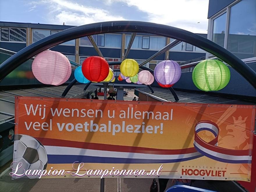 200 vrolijke nylon lampionnen in winkelcentrum Hoogvliet Rotterdam, straat decoratie versiering aan kabels ballonnen, 200 fröhliche Nylonlaternen in den Einkaufsstraßen Straßendekoration auf Ballon kabeln Lampions 2