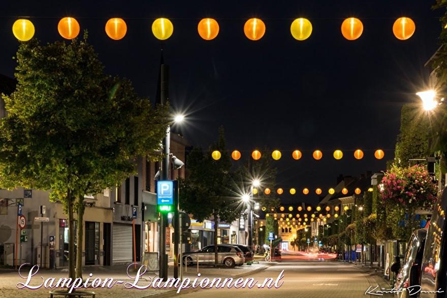 250 gelbe und orangefarbene Nylon Lampions in den Straßen der Stadt Geel Belgien, mit LED-Drähten beleuchtete Laternen, Einkaufsstraßendekoration, 250 gelbe und orangefarbene Lampions in den Straßen mit LED-Drähten boosuchtete Laternen, 250 Laternen und Nylon jaune 002
