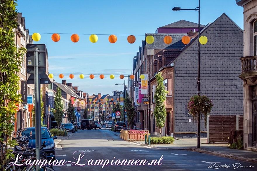 250 gelbe und orangefarbene Nylon Lampions in den Straßen der Stadt Geel Belgien, mit LED-Drähten beleuchtete Laternen, Einkaufsstraßendekoration, 250 gelbe und orangefarbene Lampions in den Straßen mit LED-Drähten boosuchtete Laternen, 250 Laternen und Nylon jaune 88