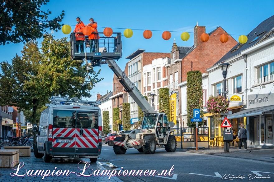 250 gelbe und orangefarbene Nylon lampionsn in den Straßen der Stadt Geel Belgien, mit LED-Drähten beleuchtete Laternen, Einkaufsstraßendekoration, 250 gelbe und orangefarbene Lampions in den Straßen mit LED-Drähten boosuchtete Laternen, 250 Laternen und Nylon jaune 2