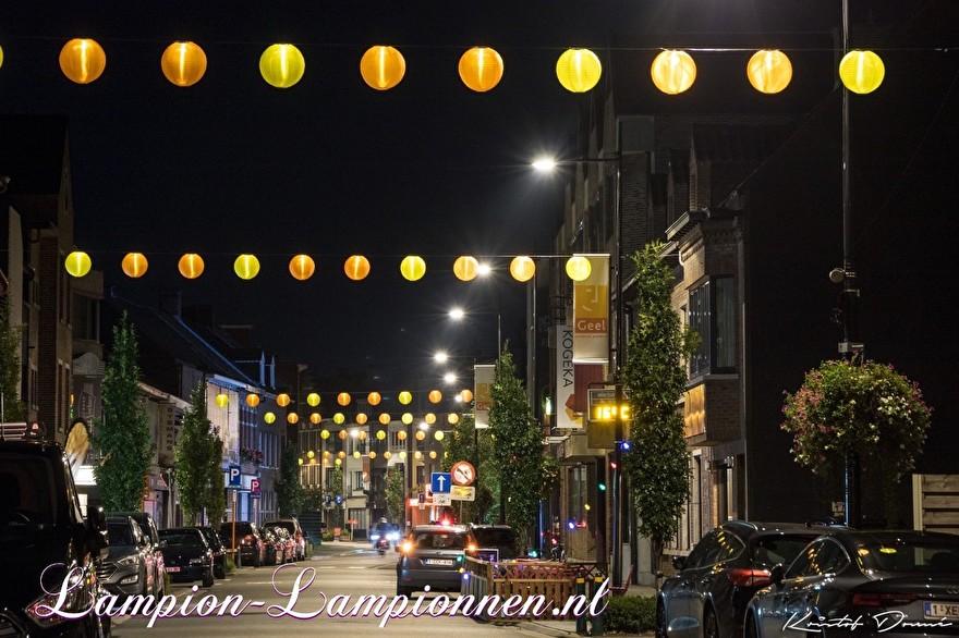 250 gelbe und orangefarbene Nylon Lampions in den Straßen der Stadt Geel Belgien, mit LED-Drähten beleuchtete Laternen, Einkaufsstraßendekoration, 250 gelbe und orangefarbene Lampions in den Straßen mit LED-Drähten boosuchtete Laternen, 250 Laternen und Nylon jaune 003
