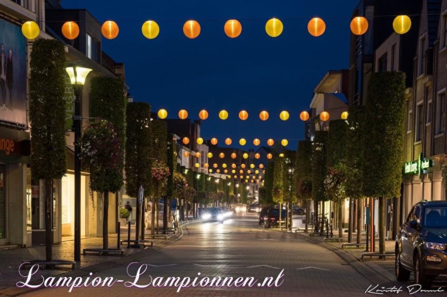250 gelbe und orangefarbene Nylon Lampions in den Straßen der Stadt Geel Belgien, mit LED-Drähten beleuchtete Laternen, Einkaufsstraßendekoration, 250 gelbe und orangefarbene Lampions in den Straßen mit LED-Drähten boosuchtete Laternen, 250 Laternen und Nylon jaune 001