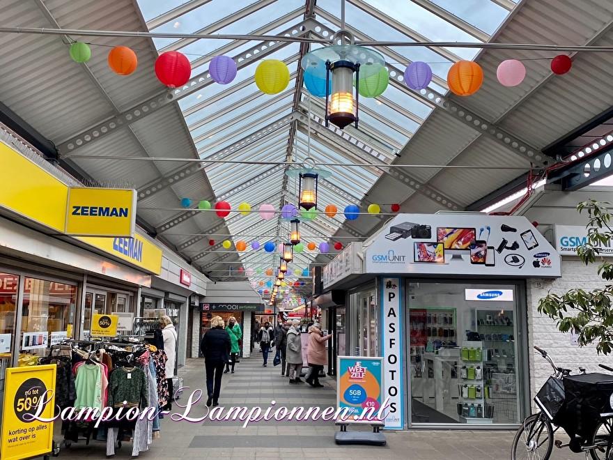 300 brandwerende gekleurde lampionnen winkelcentrum Hof van Spaland Schiedam, vrolijke ballonnen in straten Laternendekoration in Straßendekoration, ballon, lampions dans le centre commercial 43