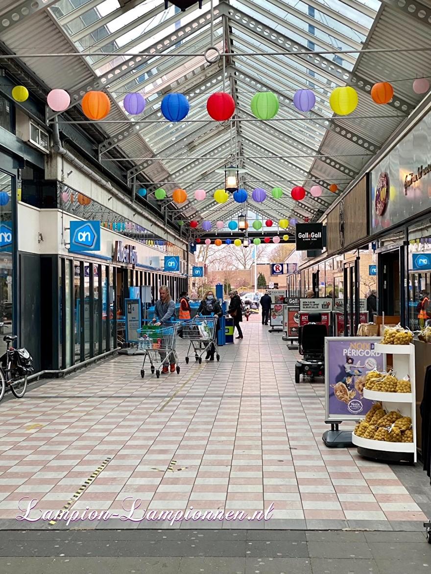 300 brandwerende gekleurde lampionnen winkelcentrum Hof van Spaland Schiedam, vrolijke ballonnen in straten Laternendekoration in Straßendekoration, ballon, lampions dans le centre commercial 4